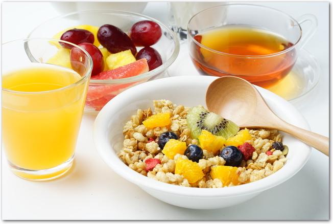 シリアルとフルーツなどの朝食