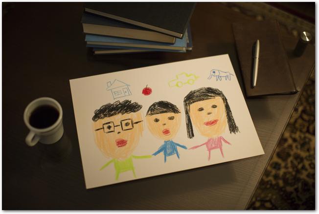 白い封筒に入った子どもの描いた絵と手紙