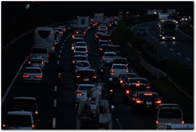 暗い時間に渋滞している東名高速道路の様子