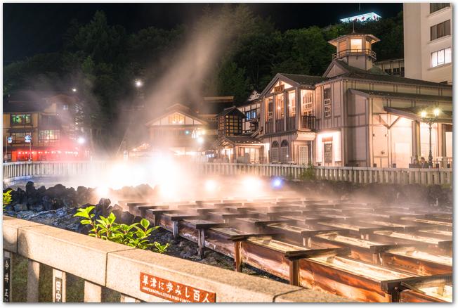 夜の草津温泉の湯畑の様子