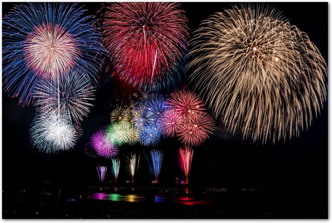 長岡花火大会の色とりどりの打ち上げ花火の様子