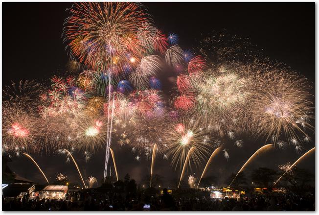 色とりどりの打ち上げ花火が上がっている長岡花火大会の夜空の様子