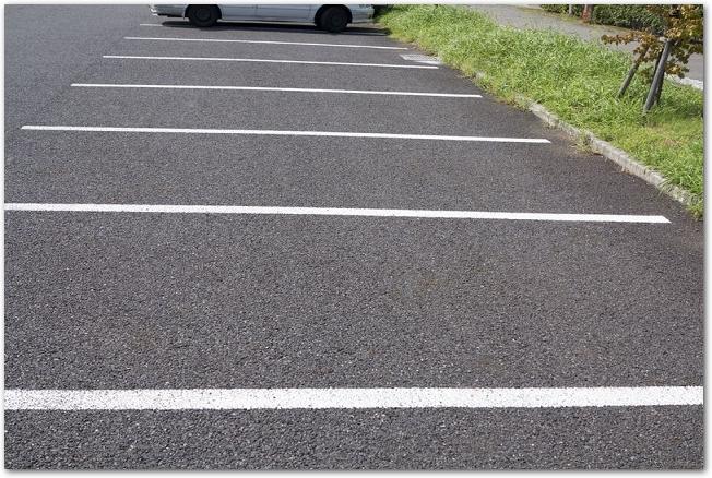 白線の引かれたアスファルトの駐車場