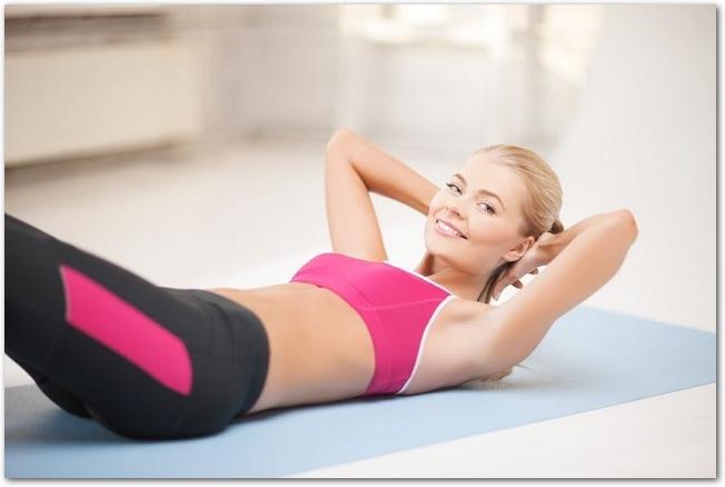 腹筋運動をしている笑顔の女性の様子