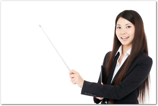 指し棒を持つスーツ姿の若い女性の様子