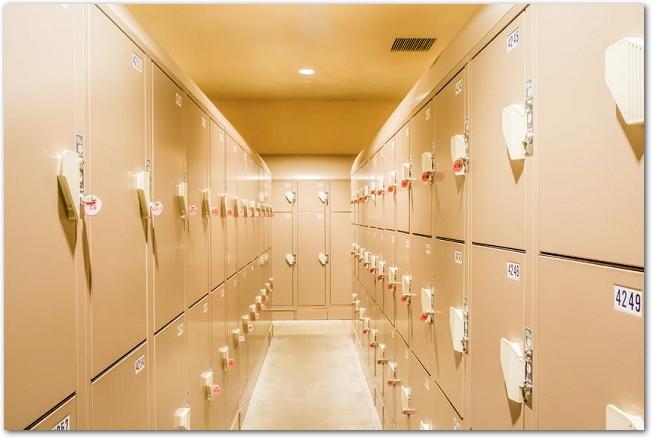たくさんのロッカーが並ぶロッカールームの様子