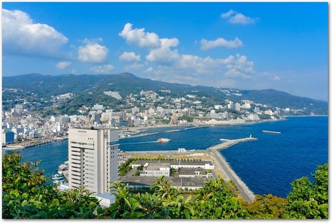 晴れた日の海が見える相模湾と熱海市の眺め