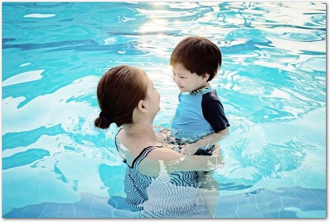 プールに入っている母親と小さな男の子の様子
