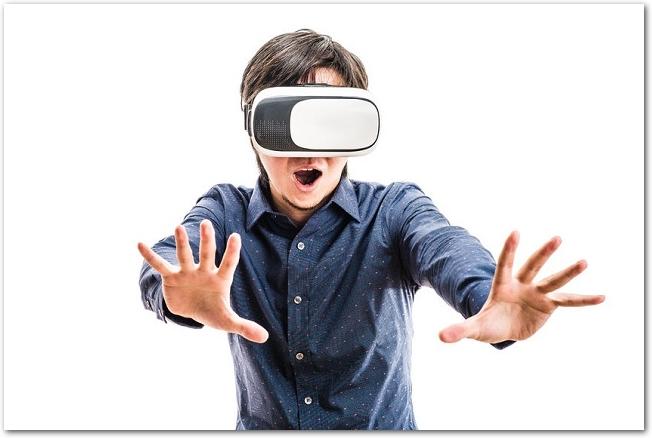 VRのゴーグルをかけてVR体験中の男性の様子