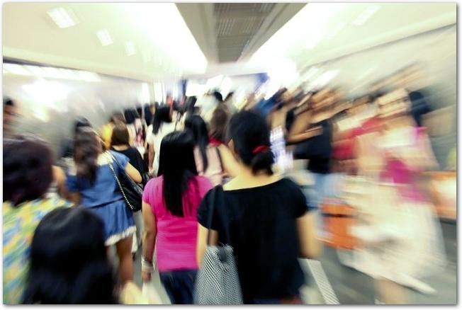 たくさんの人で混雑している駅のプラットホームの様子