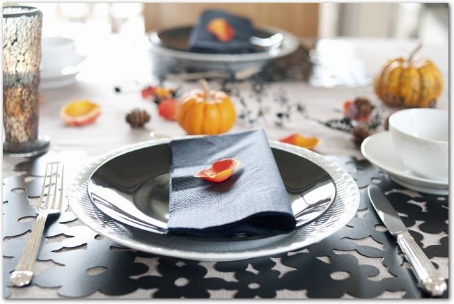 ハロウィンの飾りつけがされたテーブルに置かれたお皿とカトラリー