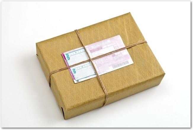 伝票が貼ってある宅配便の荷物