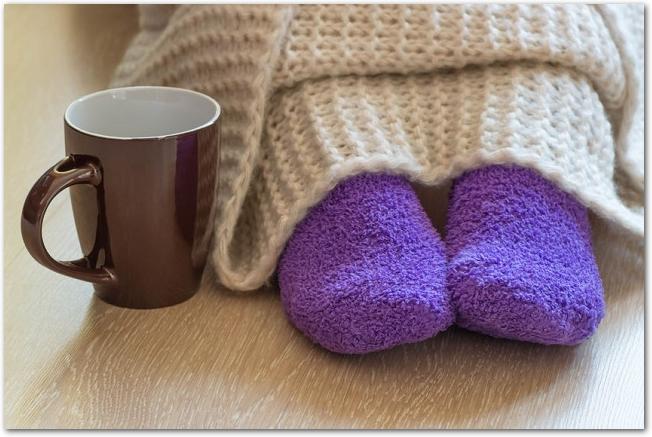 毛布や靴下などでしっかり防寒して座っている足元の様子