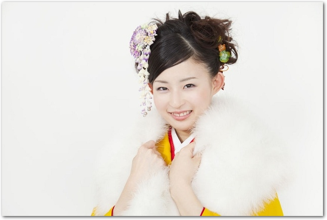 首元の白いファーを持つ笑顔の振袖姿の女性