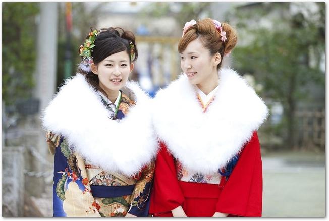 白いファーをつけて振り袖を着ている2人の女性の様子