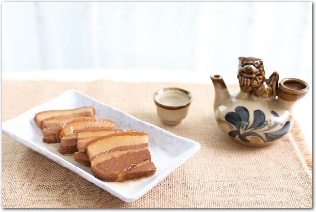 豚の角煮と沖縄風のおちょこととっくり
