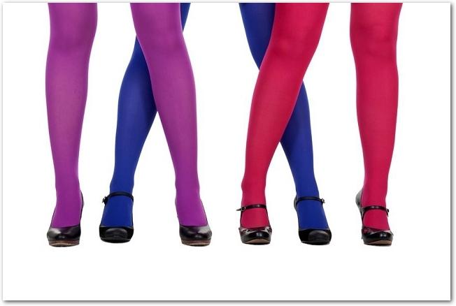 カラータイツを履いている女性の脚