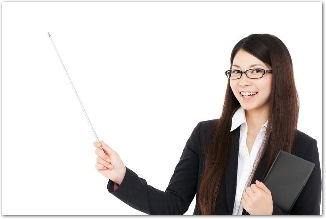 差し棒を持つスーツ姿の若い女性の様子