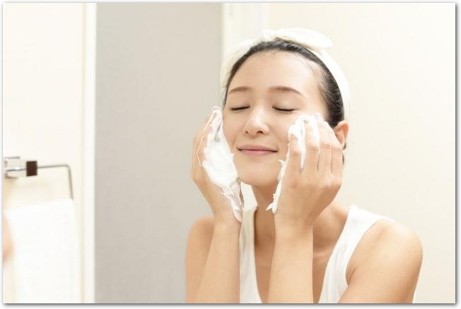たくさんの泡で洗顔をしている女性の様子