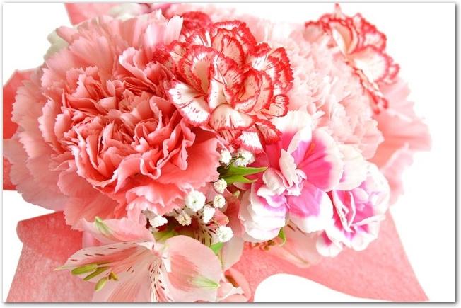 赤やピンクなどのカーネーションの花束のアップ