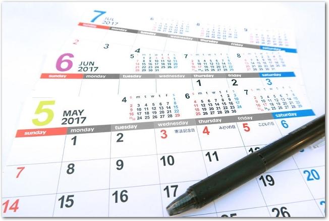 5月のマンスリーカレンダーの上にペンが置かれている様子