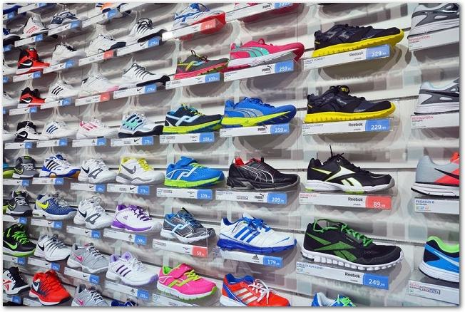 たくさんのシューズが陳列してある靴屋の店内の様子
