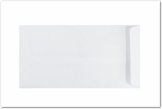 白背景に置かれた白い無地の封筒
