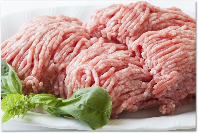 白いお皿に盛りつけられた生の豚ひき肉