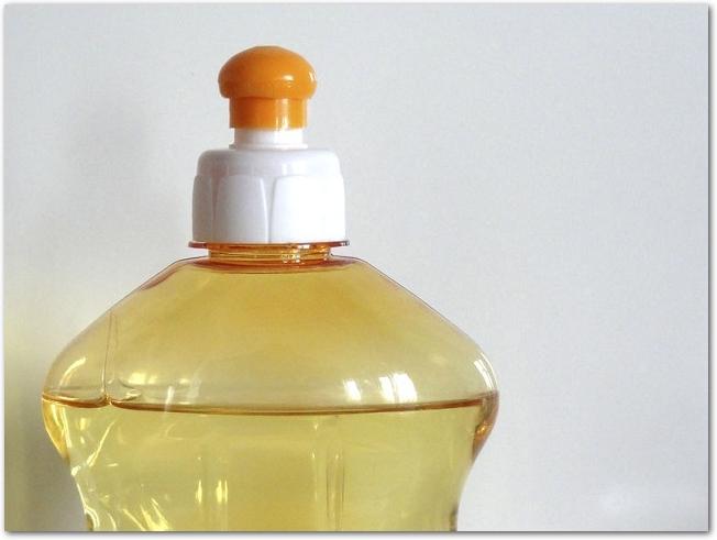 オレンジ色の食器用洗剤のアップ