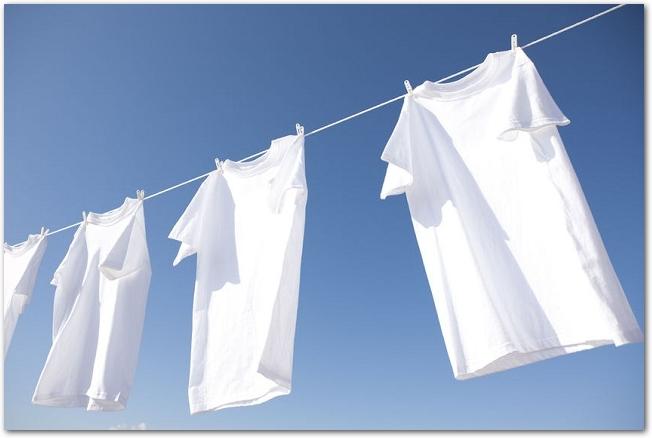 青空を背景に干してある白いTシャツ