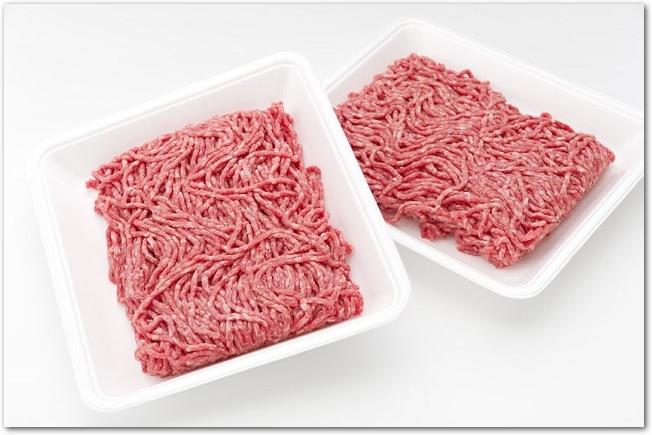 2つの白いトレーに入ったひき肉